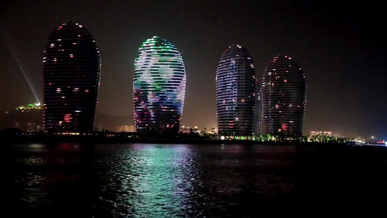 海南三亚湾凤凰岛夜景