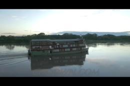 航拍亚马逊河湾,亚马逊旅游游艇