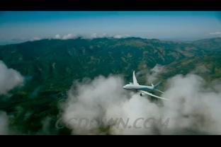飞机飞翔在蓝天白云上空