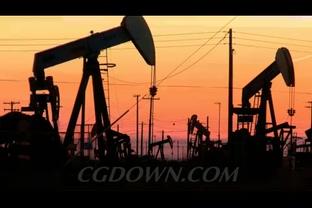 夕阳下油田钻井设备剪影