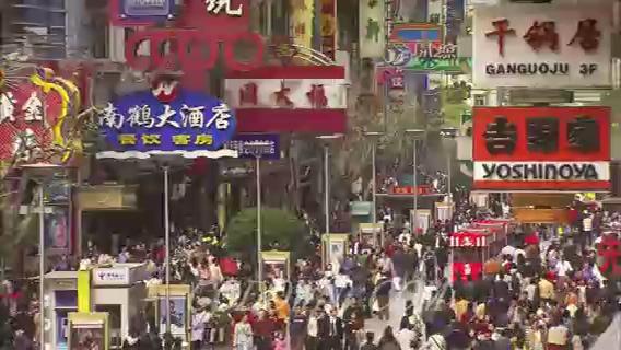 上海街头人头攒动,人流