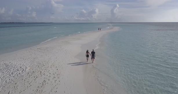 4K航拍浪漫海滩情侣散步