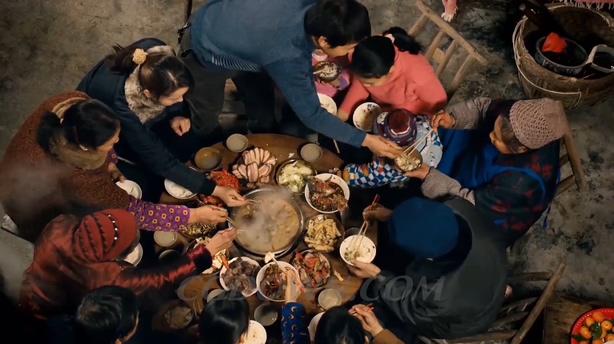 春节回家团圆年夜饭礼花孔明灯许愿