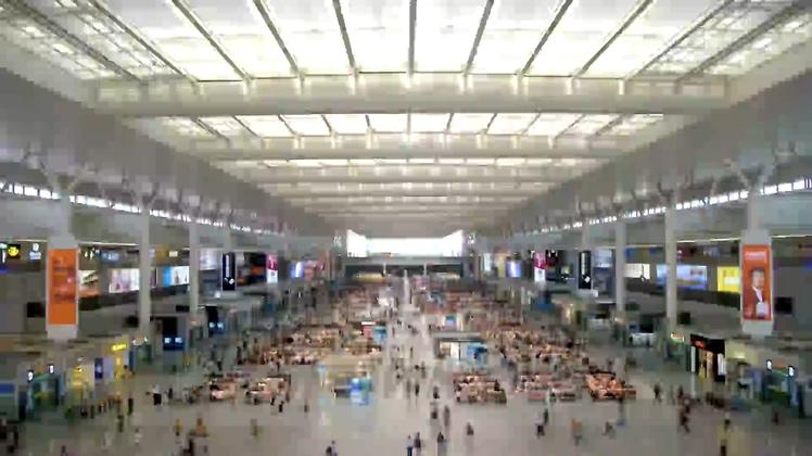 繁忙交通枢纽上海火车站