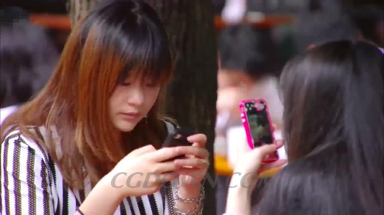 一群低头族看手机通讯网络