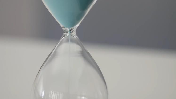 蓝色沙子玻璃瓶沙漏视频素材