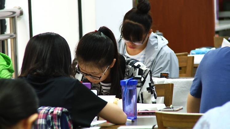 学生在大学图书馆内读书学习高清实拍