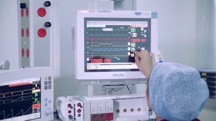 医院重症监护室仪器手术前期准备高清视频素材