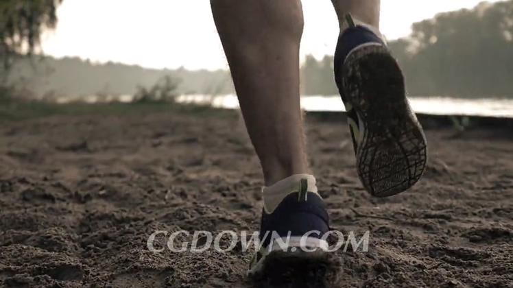 慢动作拍摄在沙滩上跑步高清视频素材