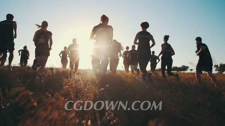 背部逆光拍摄夕阳奔跑的年轻人高清视频素材