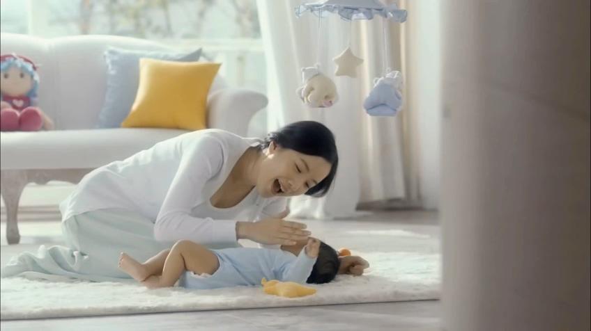 温馨家庭出生婴儿成长呵护高清视频素材