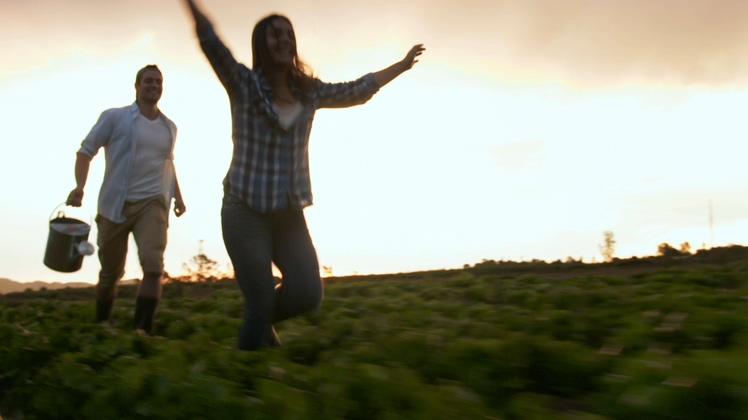 开心幸福年轻夫妇奔跑在田野中视频素材