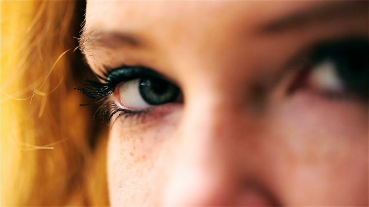 长睫毛漂亮女性眼镜特写