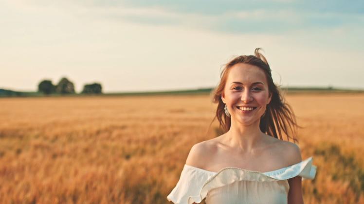 开心幸福漂亮女性向镜头奔跑过来慢动作视频素材