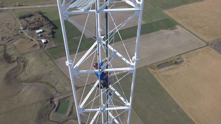 航拍维护超高信号塔的工作人员视频素材