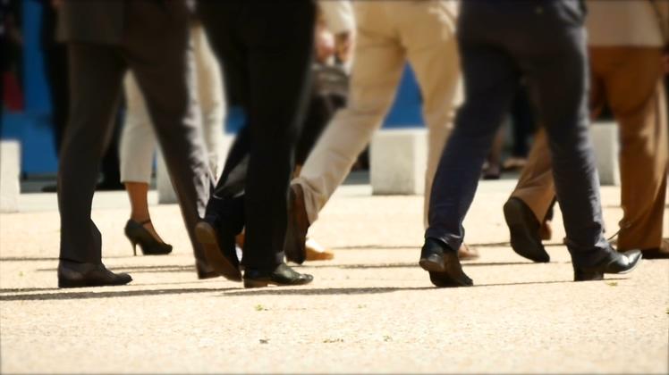 低角度慢动作拍摄行走的商务人群