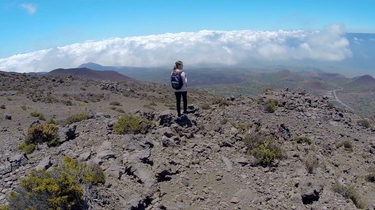 一览众山小环绕拍摄独自站在山峰