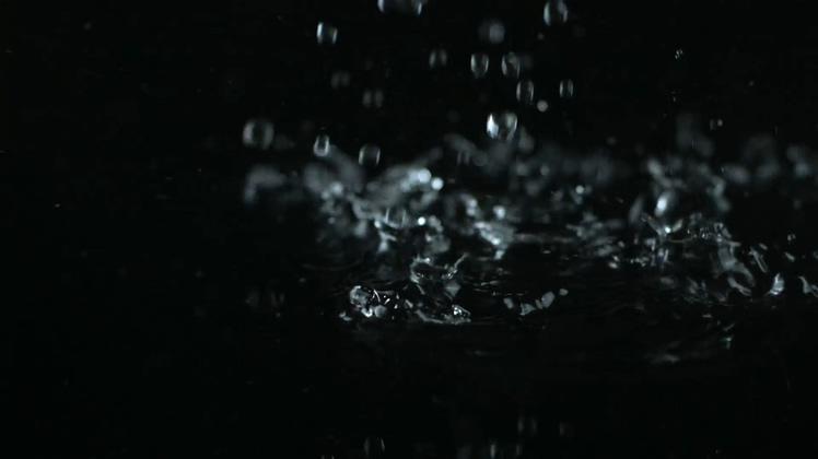 慢动作水滴落下浪花