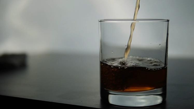 慢动作拍摄威士忌洋酒导入玻璃杯