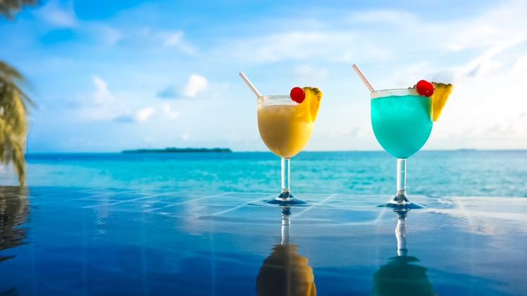 浪漫的海边游泳池鸡尾酒素材