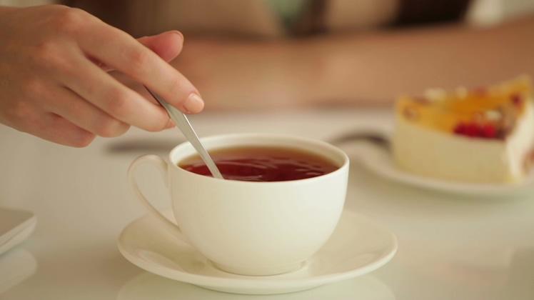 将白糖倒入下午茶点