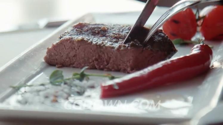 用刀子切开牛排饮食