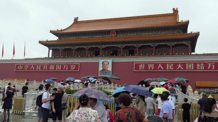 下雨天中国北京天安门前旅游人群