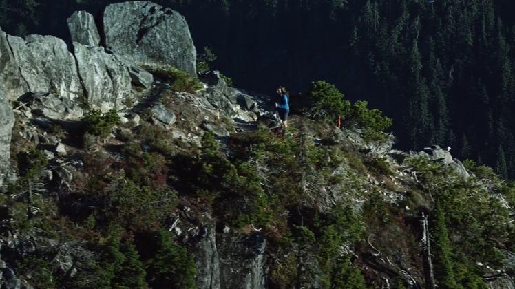 跨越山峰飞跃山峰攀登高峰山高人为峰