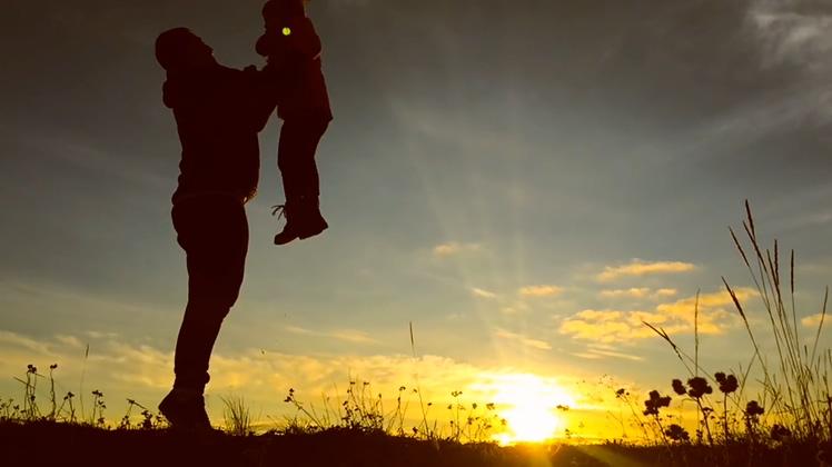美好的家庭父亲和女儿日落剪影愉悦视频素材