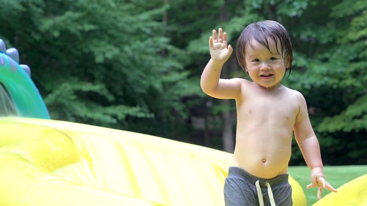 幸福儿童男孩开心玩耍欢迎视频素材