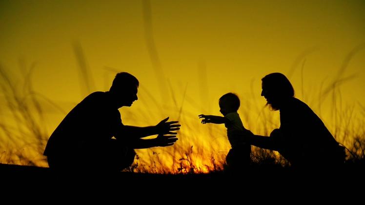 美好的家庭父母和孩子日落剪影愉悦视频素材