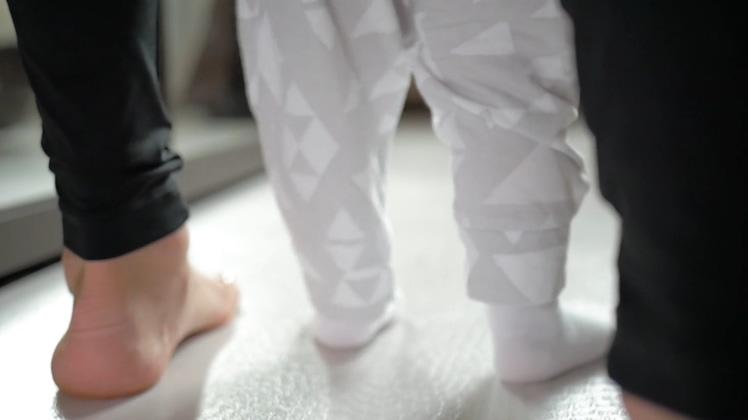 婴儿蹒跚学步幸福家庭