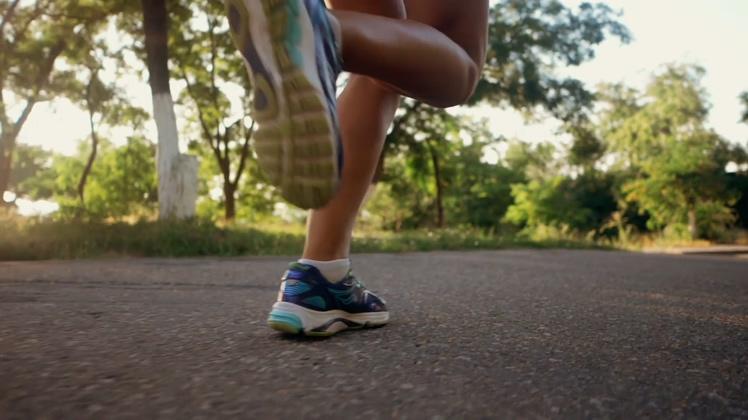 阳光明媚慢动作跑步实拍素材