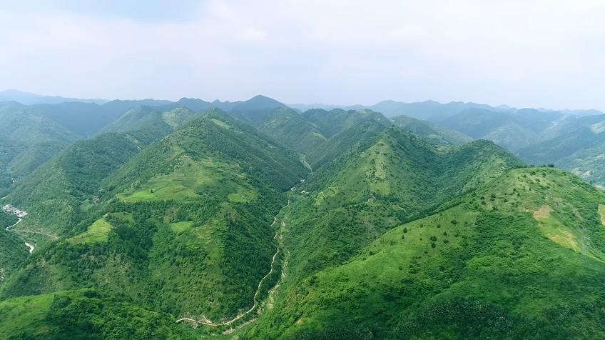 航拍连绵绿色春天秦岭大山山峰