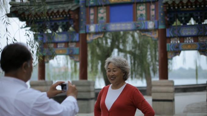 老年夫妇在愉快的拍照,爷爷给奶奶拍照