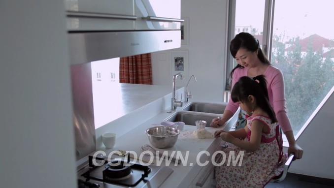 妈妈教女儿在厨房制作面食