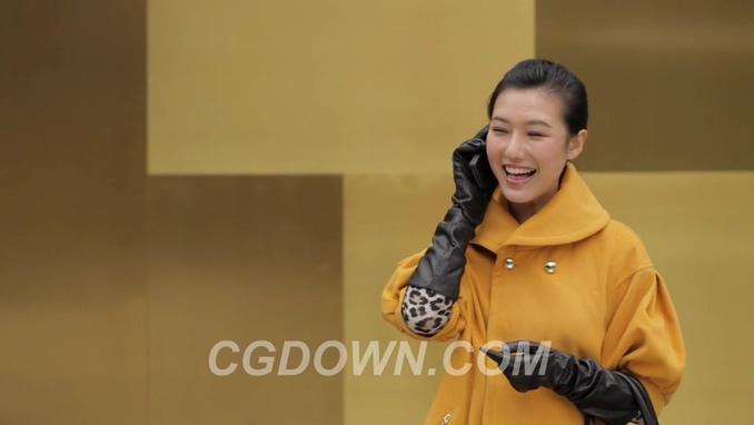 在冬天一个女人带着手套滑动手机接电话