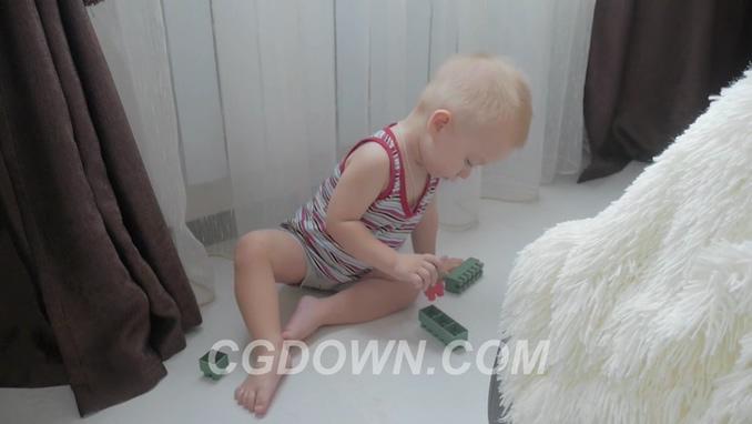 三段国外可爱宝宝玩积木高清实拍素材