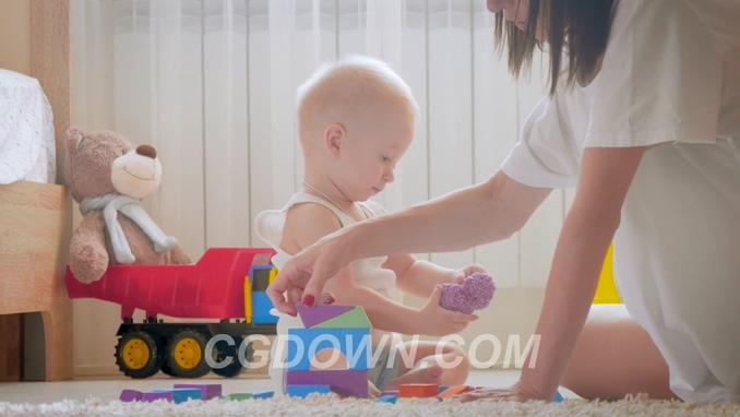 实拍国外妈妈陪着男孩宝宝玩积木