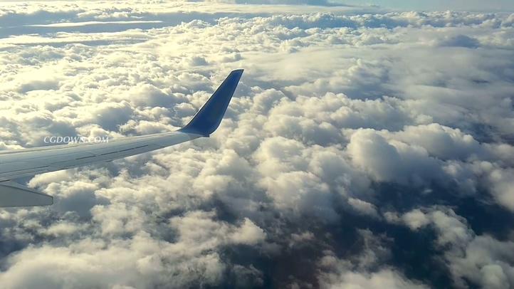 飞机,俯视,云,旅游,散心,高空,通过飞机窗口向下俯视飞机机翼云彩实拍视频素材