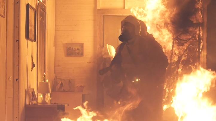 消防员在熊熊火焰着火全屋里救援