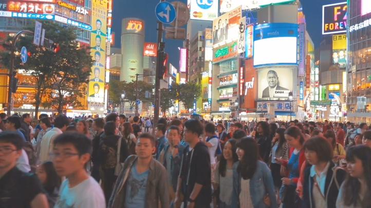日本城市夜晚市中心闹去逛街的人群