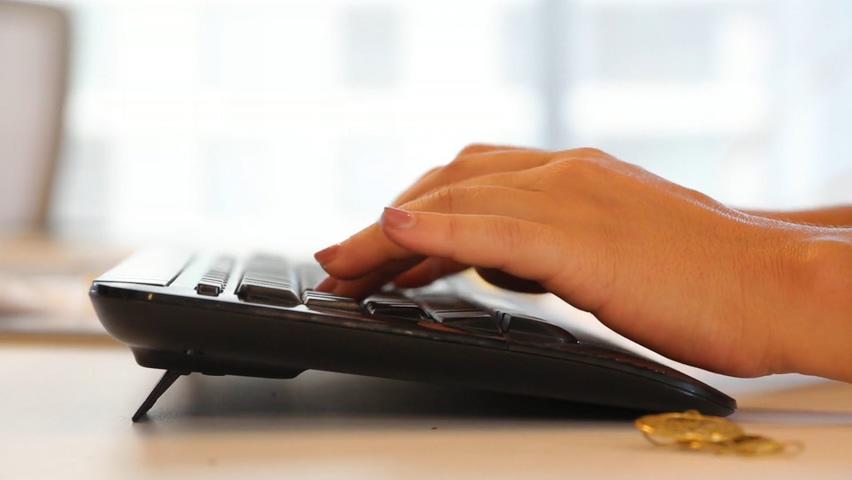 女人手指敲击键盘打字