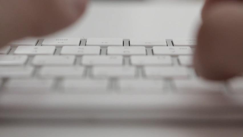女人手指敲击白色键盘打字视频素材影视模板
