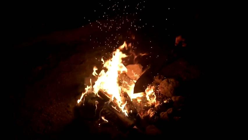 火焰,火花,燃烧,木柴,生火,取暖,慢动作拍摄燃烧的火焰堆视频素材
