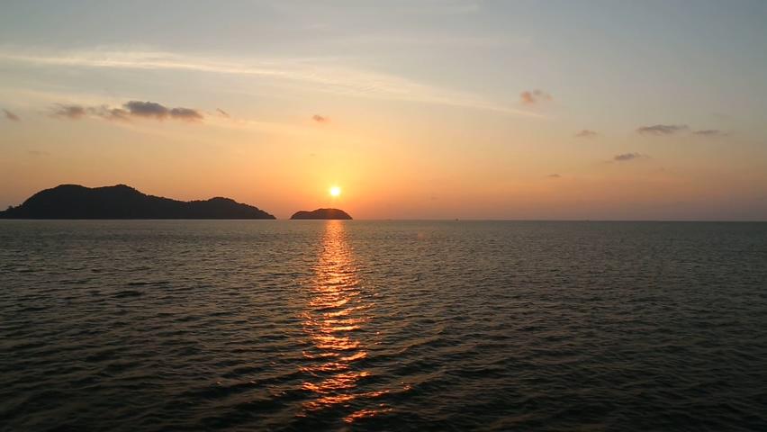 傍晚夕阳照射在大海上