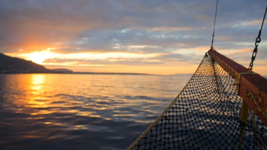 乘船在傍晚美丽的大海上