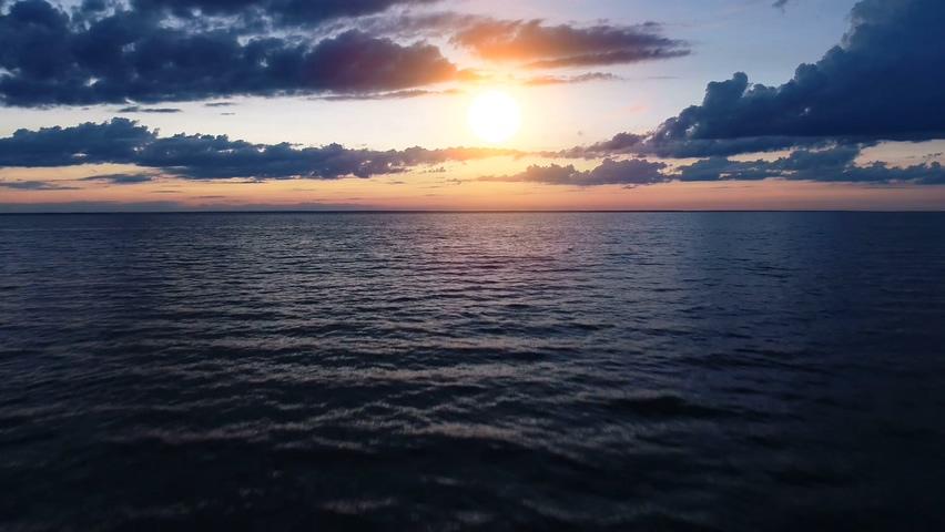 晚霞,夕阳,大海,海霞,阳光,火烧云,海面,航拍,航拍拍摄美丽的傍晚海面风景视频素材