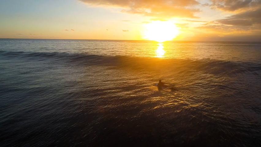 晚霞,夕阳,大海,海霞,阳光,火烧云,海面,游泳,航拍拍摄美丽的傍晚海面风景视频素材
