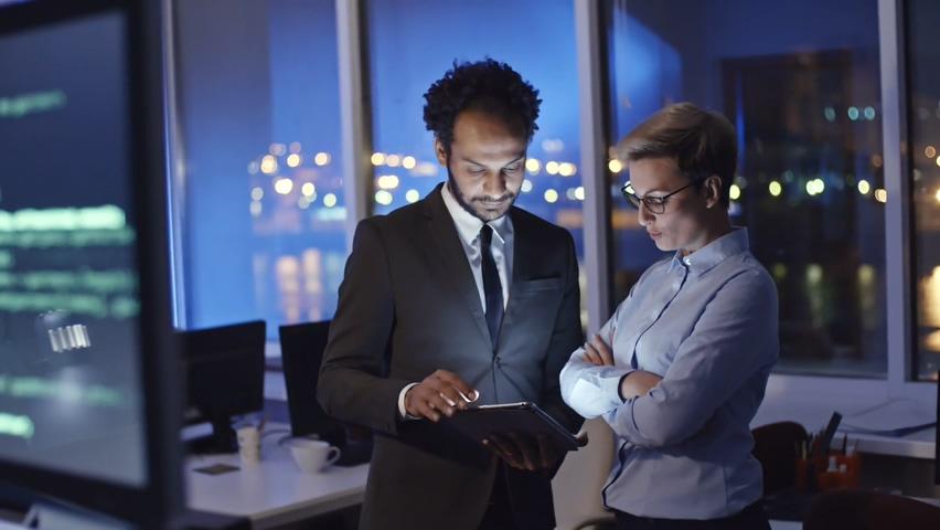 跟踪从具有编程代码的计算机显示器到女性IT专业人员与男性谈论视频素材影视模板